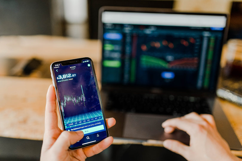 Day trading with a demo account using smartphone and laptop